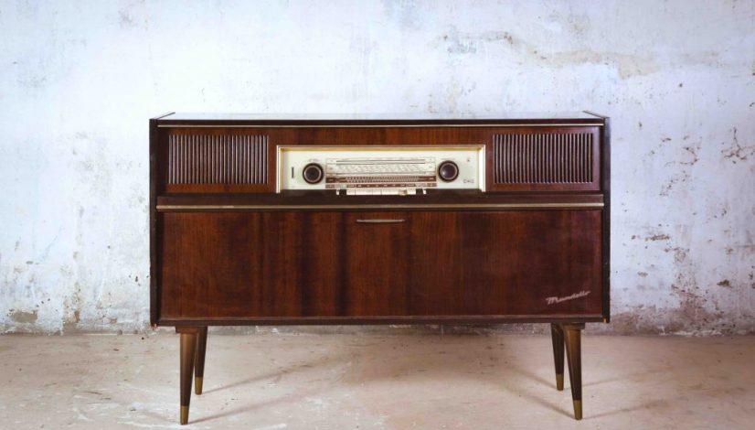 una radio antigua en un salón moderno